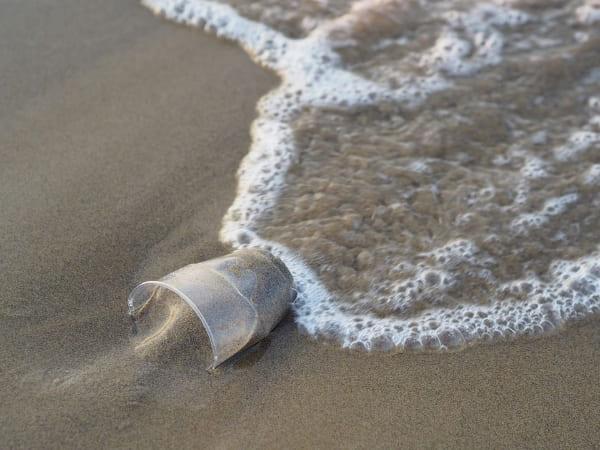 el plástico inunda los océanos