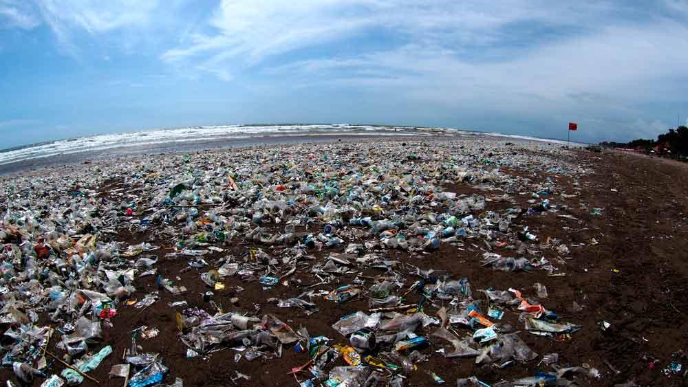 isla con residuos plasticos