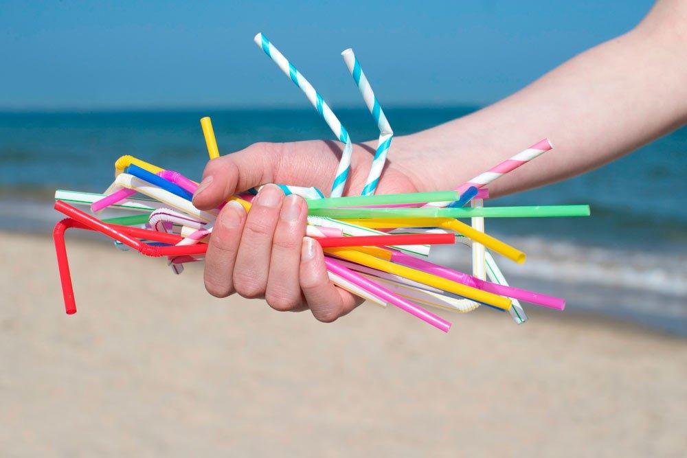 pajita de plástico en la playa